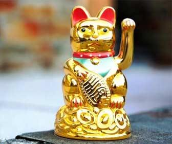 Estatua de un gato chino dorado de la suerte