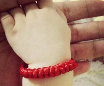 Pulsera de hilo rojo para niños